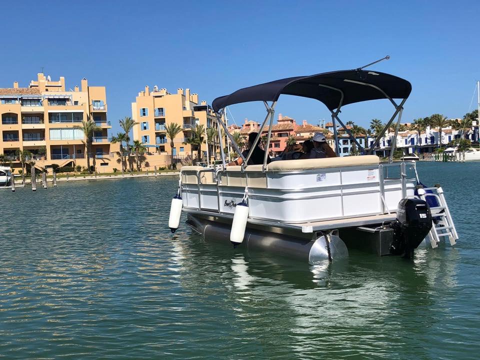 JUGARNIA NAUTIC Barco sin licencia en Puerto Sotogrande Cádiz